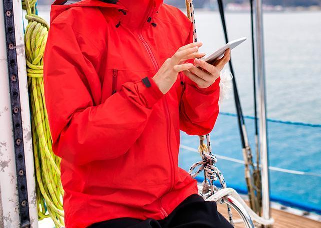 Osoba ztelefonem wczerwonej kurtce